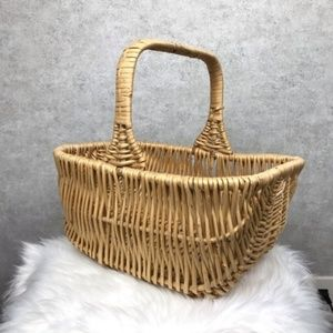 Medium Wicker basket with handle